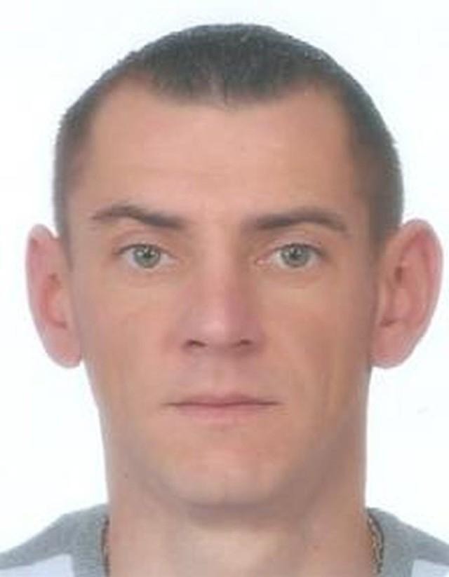 Michał Plewka ma 35 lat, 175 cm wzrostu, około 80 kg. Ubrany był w spodnie dżinsowe jasne, kurtka skórzana koloru czarnego zapinana na zamek, buty sportowe koloru biało-niebieskie zawiązywane na sznurówki, sweter w paski niebiesko-białe.