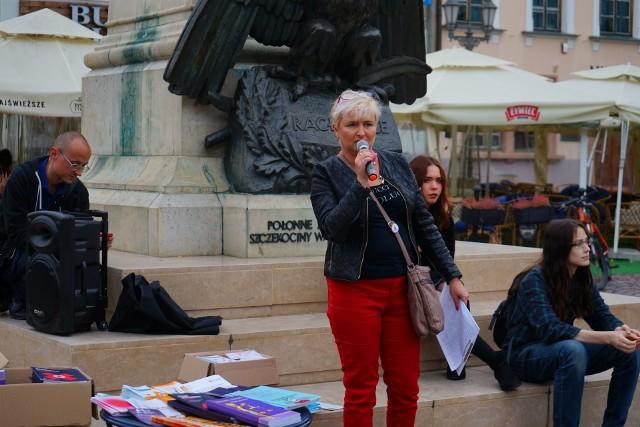Aktywiści spotkali się na rzeszowskim Rynku, by porozmawiać z ludźmi o dostępie do legalnej i bezpiecznej aborcji. Pojawili się też ich przeciwnicy.