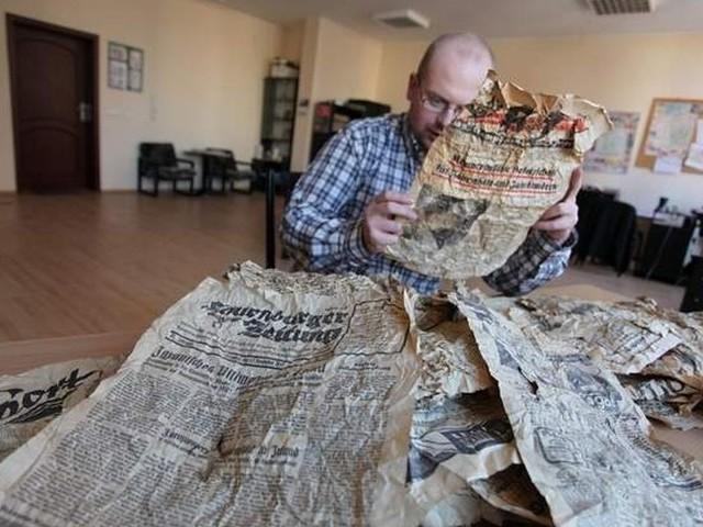 """Gazety przekazane przed dwoma laty przez czytelnika """"Głosu Pomorza"""" trafiły do archiwum Lęborskiego Bractwa Historycznego."""