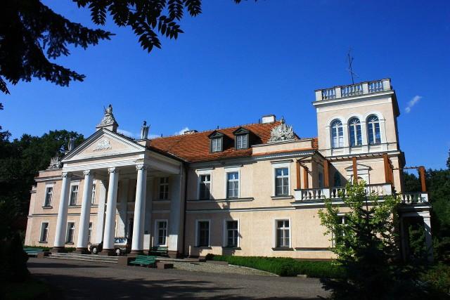 A gdyby tak zamiast w domu, zamieszkać w dworku lub pałacu? W malowniczych zakątkach Polski czekają setki przepięknych budynków, w których można poczuć się po królewsku. Niektóre z nich wymagają co prawda remontu, jednak gdyby przywrócić im dawną świetność, zachwyciłyby każdego. Prezentujemy najciekawsze z nich.Licencja