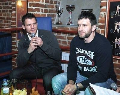 Leszek (z lewej) i Daniel Laszkiewiczowie podczas spotkania w ringu Fot. Wacław Klag