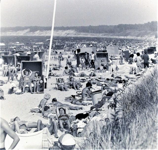 Pełnia sezonu letniego 1973 r. na wschodniej plaży w Ustce