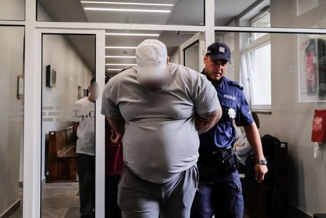 Wojciech K., Karol K. oraz Marcin W. trafią do więzienia za molestowanie i gwałcenie syna Wojciecha K. Ojciec dziecka trafi za kratki na 15 lat. Marcin W. usłyszał wyrok 12 lat więzienia, zaś Karol K. 6 lat więzienia.