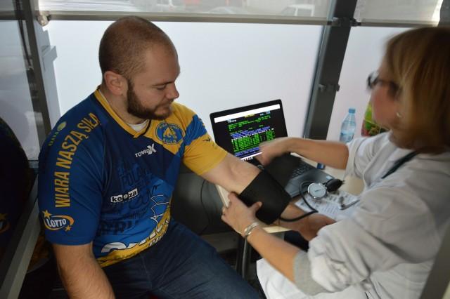 Daniel Bartkowiak, rugbista i członek zarządu Arki, razem z kolegami z drużyny oddał krew.