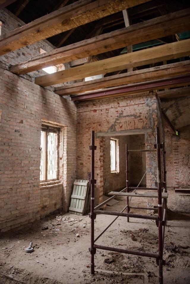 W trakcie prac zrekonstruowano m.in. ozdobne cegły z nazwiskiem pierwotnego właściciela.