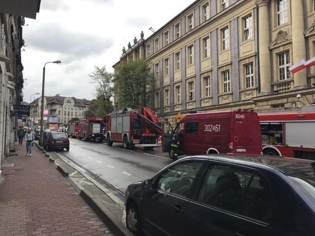 Cała ulica Andrzeja od skrzyżowania do placu dworcowego jest zablokowana przez straż pożarną i policję.