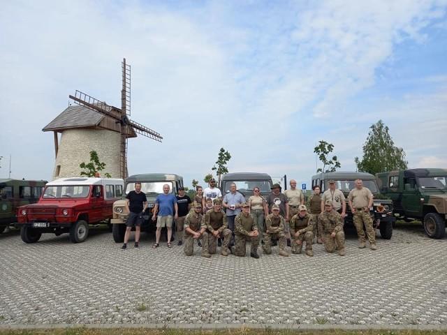 Uczestnicy zlotu przy wiatraku w Krasocinie.