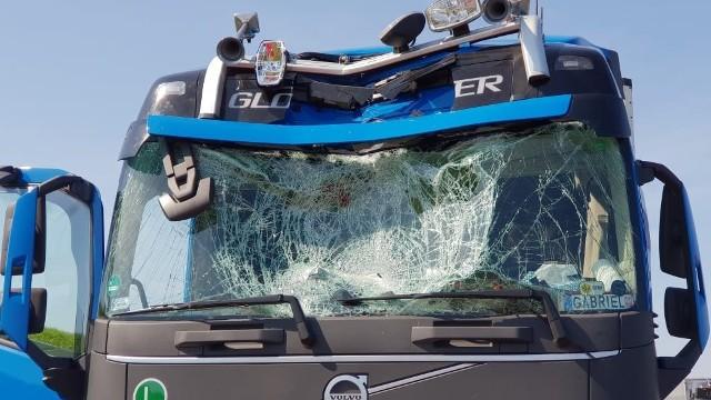 Wypadek na autostradzie A4 koło Krapkowic. Mężczyzna skoczył z wiaduktu do kabiny ciężarówki.