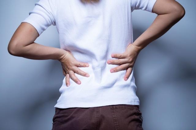 Ból nerek może mieć zróżnicowane podłoże - najczęściej wskazuje na kamicę nerkową.