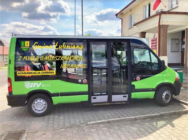 """Pojazdy są jednolite kolorystycznie oraz posiadają widoczną informację o treści """"komunikacja gminna"""" oraz identyfikację organizatora – czyli gminy Łubniany."""