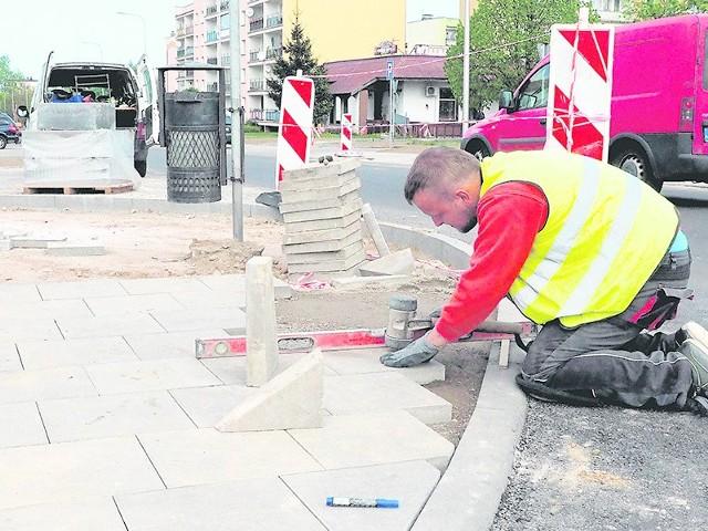 Dokończenie chodników, malowanie oznakowania - drogowcy wykonują na ul. Kołłątaja ostatnie prace przed zgłoszeniem do odbioru technicznego drogi