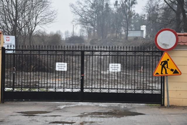 Budowana droga częściowo przebiegać będzie przez teren  obecnego parkingu znajdującego się przy Urzędzie Miejskim w Szubinie