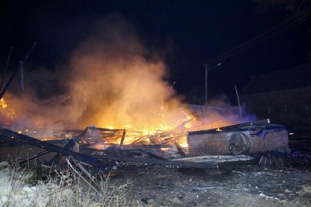 W poniedziałek (18 listopada) w miejscowości Lipno (gm. Główczyce) całkowitemu spaleniu uległa część zabudowań gospodarczych należących do jednego z mieszkańców. Na szczęście mieszkanie graniczące z tym budynkiem nie zostało zajęte przez ogień. Temperatura była tak wysoka, że stopiła się skrzynka rozdzielcza oświetleń ulicznych.