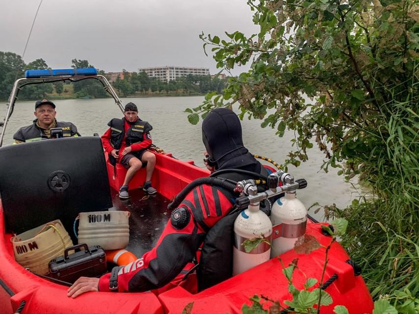 Tragiczny wypadek na Jeziorze Ełckim. Utonął 40-letni mężczyzna. Służby odnalazły ciało na głębokości sześciu metrów [ZDJĘCIA]