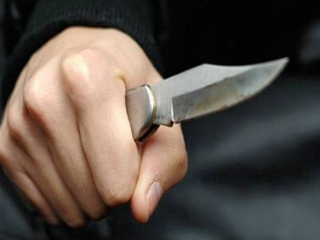 17-latek z nożem wybiegł na małżeństwo.