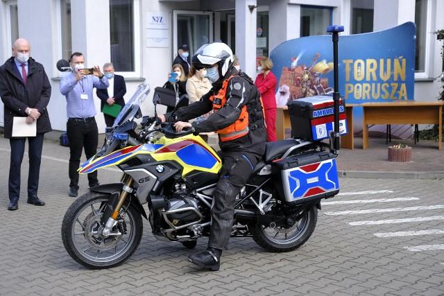 Kupiony dzięki toruńskiemu budżetowi obywatelskiemu motoambulans został przekazany ratownikom medycznym w środę