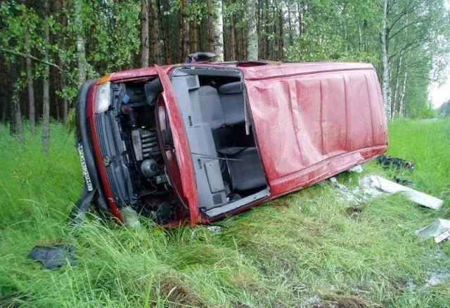 Transportowy volkswagen zjechał na pobocze, dachował i wpadł do lasu. Ludzie przeżyli. Zdaniem policjantów, cudem.