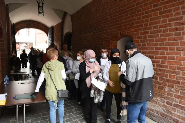 Od godziny 12 w niedzielę w Toruniu wszyscy chętni mogą się zaszczepić jedną z dwóch szczepionek: jednodawkową Johnson&Johnson lub dwudawkową AstraZenecą