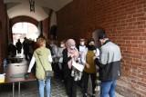 Torunianie chcą się szczepić przeciwko Covid-19. Duże kolejki do punktu szczepień w ratuszu