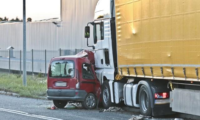Samochód renault wpadł pod tira w poniedziałek, 26 września