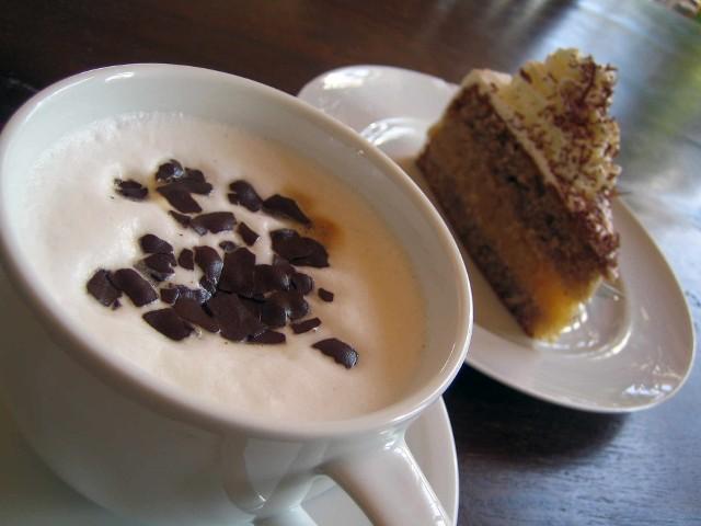 Kawa ze śmietankąPrzy wyborze ekspresu należy kierować się przede wszystkim własnym gustem przyrządzania kawy. Smakosze docenią kawiarki oraz ekspresy ciśnieniowe. Idealnym kompromisem pomiędzy szybkim i smacznym przygotowaniem kawy jest łatwy w obsłudze ekspres kapsułkowy.
