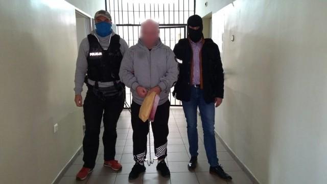 Ostatnią zatrzymaną w tej sprawie osobą jest 40-latek podejrzany o oszustwo w Krakowie. Został zatrzymany dwa dni temu w Białymstoku. Decyzją sądu trafił do aresztu.