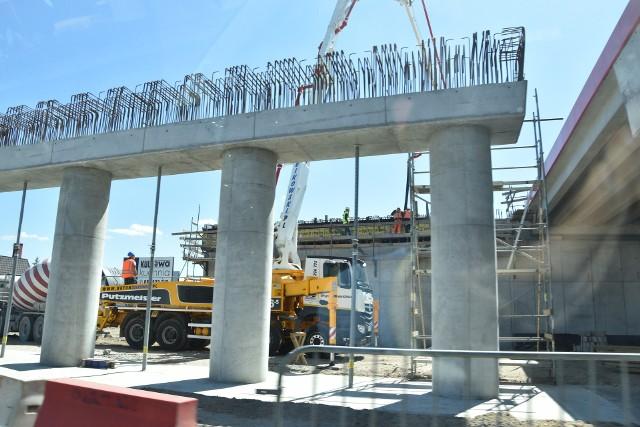 Po wielu miesiącach zastoju budowlańcy pojawili się wreszcie na budowie S-5 na odcinku od Białych Błot do Szubina. Mieszkańcy  Zamościa, Rynarzewa, Kołaczkowa i innych, pobliskich  miejscowości  czekali na to bardzo długo. Teraz wyrażają nadzieję, że budowa ekspresówki w tym rejonie wreszcie przyspieszy.  Bez przerw drogowcy pracują za to na węźle drogi ekspresowej S5 Bydgoszcz Zachód. Tu ani na moment nie przerwano robót pomimo  ograniczeń  sanitarnych  związanych z koronawirusem. W rejonie Pawłówka,   przełożony już został ruch z drogi tymczasowej na docelową, jedną jezdnię w ciągu dróg krajowych nr 10 i 80. Wprowadzono nową, tymczasową organizację ruchu. Oto kilka migawek z ostatnich dni z budowy S-5  w rejonie Szubina, Pawłówka i Lisiego Ogona.