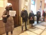 Protest kobiet w Częstochowie. Kilkadziesiąt osób spotkało się pod biurem PiS w alei NMP. Protest był milczący