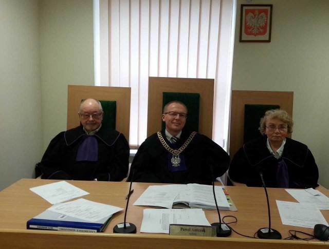 Proces prowadzi sędzia Paweł Antczak (w środku)