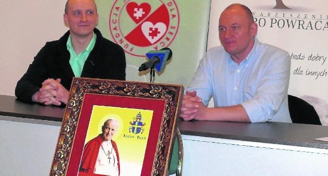Karol Czernecki i Konrad Mężyński na konferencji prasowej zapowiadają budowę hospicjum.