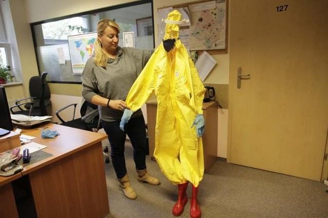 - To jeden z ochronnych zestawów, który mamy przygotowany na wypadek eboli - mówi Małgorzata Szostak z sanepidu w Opolu.