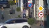 Uderzali piłką w witryny sklepowe i samochody. Całość zarejestrował miejski monitoring w Inowrocławiu