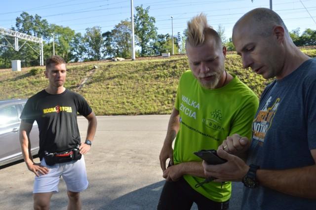Kuba Kacprzak (w środku) otrzymał pomoc od brzeskich harcerzy i biegaczy z klubu Kotwica. Na zdjęciu z Mateuszem Fukietem (z lewej) i Dariuszem Drankowskim podczas ustalania trasy biegu po ziemi brzeskiej.