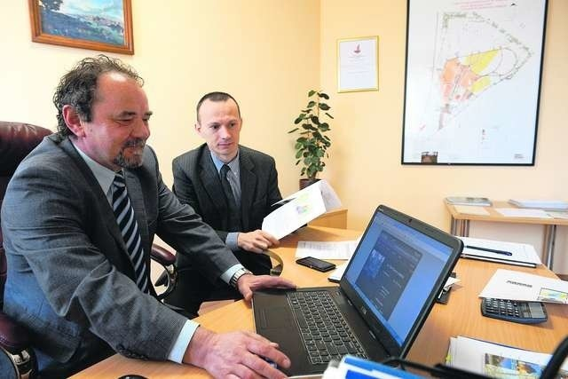 Najnowszą aplikację sprawdzają (od lewej): Jerzy Trzeciakowski, dyrektor usług komunalnych, i Wojciech Świtalski, prezes Urbitora Fot.: Jacek Smarz
