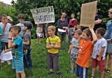 """""""Zjeżdżajcie, deweloperzy"""", czyli protest na Żabińcu w obronie górki saneczkowej przed zabudową"""