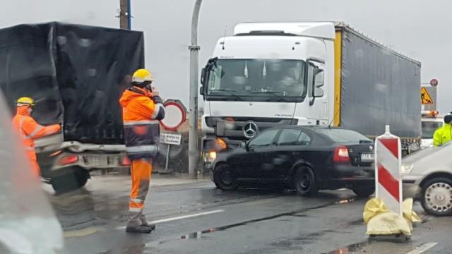 """Znowu poważne utrudnienia w ruchu na A1 pod Piotrkowem oraz na """"największym rondzie w Europie"""", czyli na przebudowywanym węźle bełchatowskim. Powodem kolizja na tymczasowym skrzyżowaniu A1 w Twardosławicach. Na światłach ciężarówka uderzyła w samochód marki Skoda. Od rana tworzą się ogromne korki.CZYTAJ DALEJ NA NASTĘPNYM SLAJDZIE"""