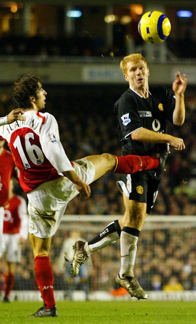 Pomocnik Manchesteru United Paul Scholes (a prawej) stanowi ostatnio silny punkt swej drużyny. Na zdjęciu niezbyt delikatnie traktuje go Mathieu Flamini z Arsenalu Londyn.
