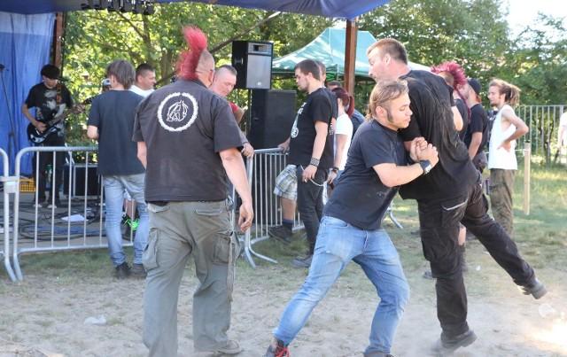 Taniec pogo w wykonaniu punków.