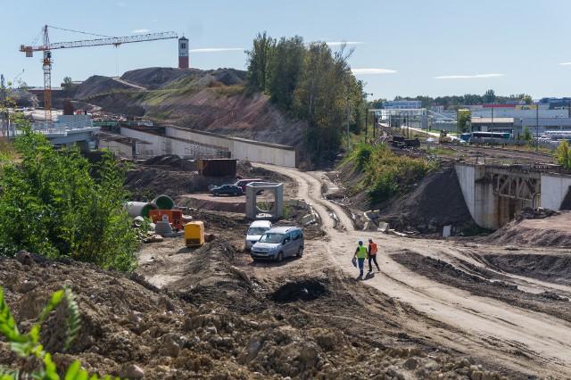 Trasa Łagiewnicka o długości 3,5 km (w tym pięć tuneli o łącznej długości 2,3 km) powstaje od ul. Grota-Roweckiego do skrzyżowania ulic Witosa, Halszki i Beskidzkiej. Jej budowa ma się zakończyć w 2021 roku.