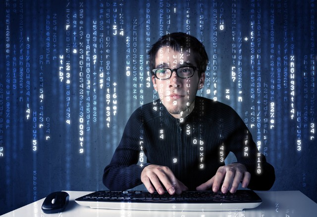 Czasy, w których cyberbezpieczeństwo leżało jedynie w gestii zespołów IT, minęły – teraz każdy pracownik odgrywa w nim ważną rolę, zwłaszcza gdy nie siedzi przy swoim biurku. Co o ochronie przed cyberzagrożeniami powinien wiedzieć każdy zatrudniony?