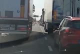 Szeryfowie blokują obwodnicę miasta. Przyjezdni kierowcy ciężarówek nie przepuszczają osobówek i stwarzają zagrożenie (zdjęcia, wideo)