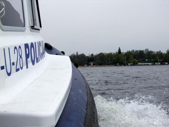 Szkwał na Jeziorze Kierskim. Policjanci uratowali trzy osoby