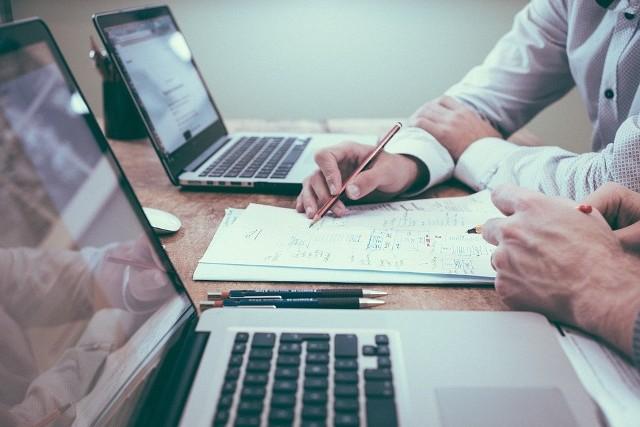 """Urząd Ochrony Danych Osobowych zaprezentował poradnik RODO """"Ochrona danych osobowych w miejscu pracy. Poradnik dla pracodawców"""", który ma być przydatny nie tylko pracownikom, ale również pracodawcom. Dokument liczy kilkadziesiąt stron. Sprawdźcie na kolejnych zdjęciach czego nie może pracodawca po wprowadzeniu przepisów RODO. Zobacz wideo. Jak napisać dobre CV?"""