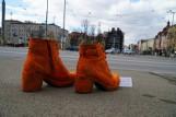 """Pomarańczowe buty na moście Teatralnym w Poznaniu. """"Spróbuj chodzić w moich butach"""" w proteście przeciwko przemocy systemowej"""