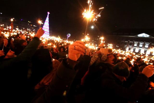 Punktualnie o godzinie 20.00 kilka tysięcy rąk wzniosło jednocześnie odpalone zimne ognie.
