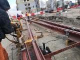 Nowe torowisko na placu Orląt. Przeniesiony przystanek (ZDJĘCIA)