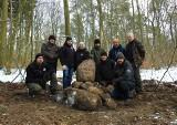 Las Arkoński. Odkopano pamiątkowy kamień z 1920 roku. Komu jest poświęcony?