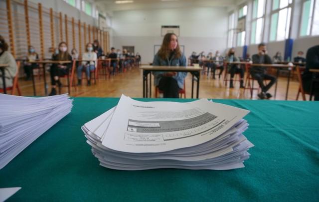 Rozpoczęło się sprawdzanie matur 2021. Ile zarobią nauczyciele-egzaminatorzy za sprawdzanie matur i egzaminu ósmoklasistów? Zobacz stawki na kolejnych slajdach w galerii >>>>>(wszystkie kwoty w artykule podajemy brutto)