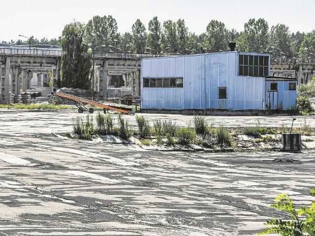 Po składzie węgla w Białych Błotach pozostał pusty plac. W tym miejscu jeszcze w 2012 roku był śródleśny staw