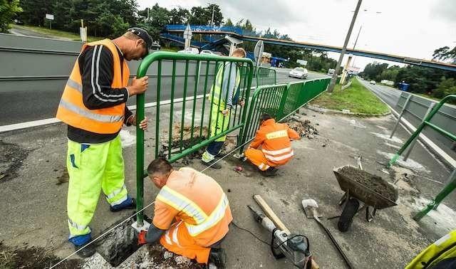 Montaż barierek zakończy się już w tym tygodniu.  Zapora będzie mieć długość blisko 300 metrów.  Czy wypadki się skończą?